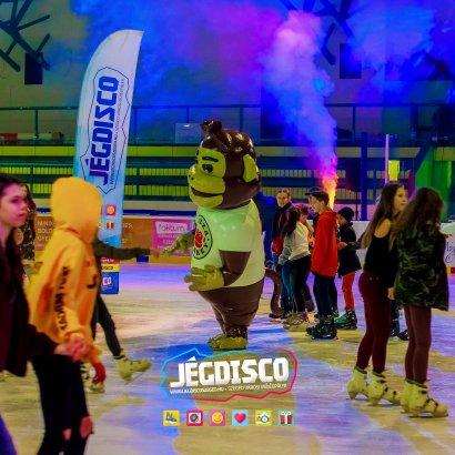 Instagram fotókeret, óriás majom a jégpálya közepén és szuper sportos buli!